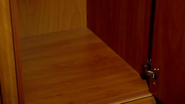 placera en uppsättning handdukar i en garderob - looking inside inside cabinet bildbanksvideor och videomaterial från bakom kulisserna