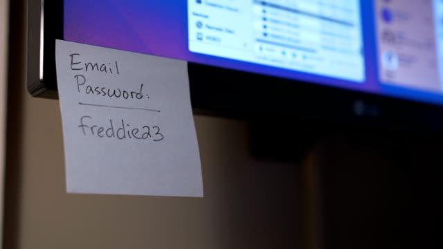 コンピューターのモニター上のパスワードの通知を配置すること - パスワード点の映像素材/bロール