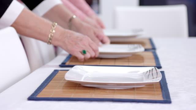 Platten auf dem gedeckten Tisch platzieren – Video