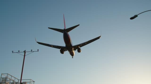 vídeos y material grabado en eventos de stock de avión vuela sobre la cabeza, saliendo hacia el aeropuerto de los angeles - volar