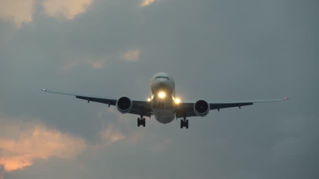 飛行機は、着陸前に頭上を飛ぶ。4 k uhd - airplane点の映像素材/bロール