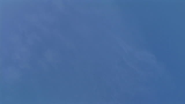 vídeos de stock, filmes e b-roll de hd: avião no céu - céu claro