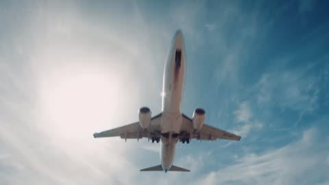 vidéos et rushes de avion atterrissant sur l'aéroport - avion
