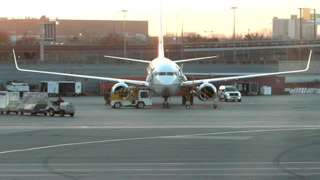 vídeos de stock e filmes b-roll de avião servido como porta-bagagens passes - alfalto