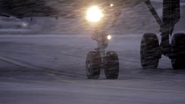planet hjul på runaway i snöfall - snöstorm bildbanksvideor och videomaterial från bakom kulisserna