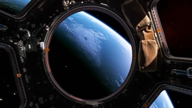planet erde aus der sicht durch die fenster eines space shuttles - version 2 - rakete stock-videos und b-roll-filmmaterial