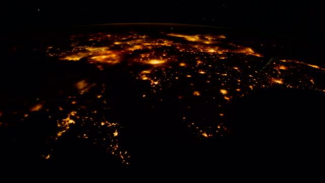 gece uzaydan dünya gezegeni. nasa tarafından döşenmiş bu video unsurları. - mountain top stok videoları ve detay görüntü çekimi