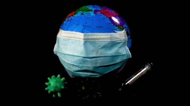 maske ve karonavirüs modelinde planet earth , hastalık veya covid-19 kavramı dünyayı koruyun - covid vaccine stok videoları ve detay görüntü çekimi