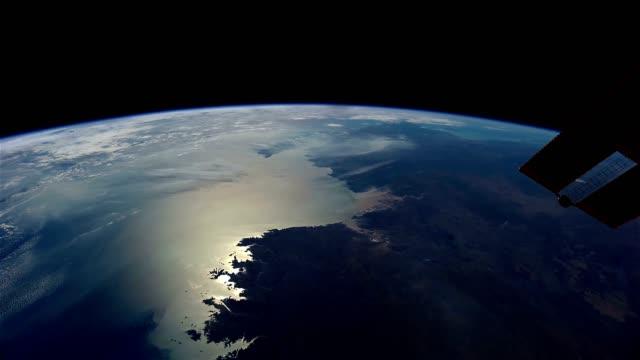 vídeos de stock, filmes e b-roll de planeta terra vista do iss. elementos de vídeo decorados pela nasa. - país área geográfica