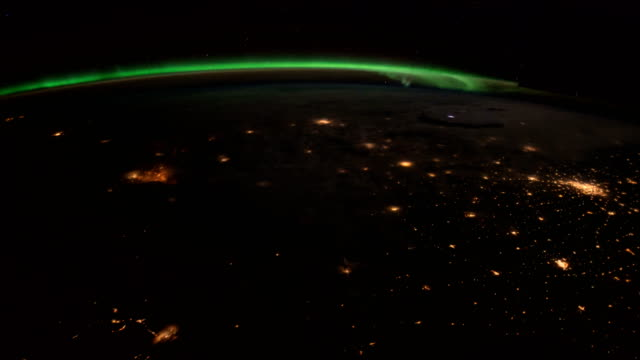 Planète Terre vue depuis l'ISS. Exploration de l'espace de la planète terre pendant la nuit. Éléments de cette vidéo fournie par la NASA. - Vidéo