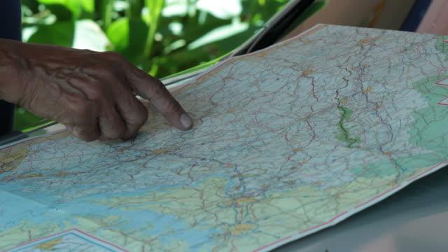 pianificazione sulla mappa. - full hd format video stock e b–roll