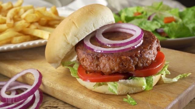 bitki bazlı burger - et stok videoları ve detay görüntü çekimi