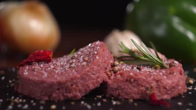 植物ベースのビーガンバーガー肉、偽の野菜肉肉をクローズアップ、新鮮な不可能な野菜食品、肉を超えて - ベジタリアン料理点の映像素材/bロール