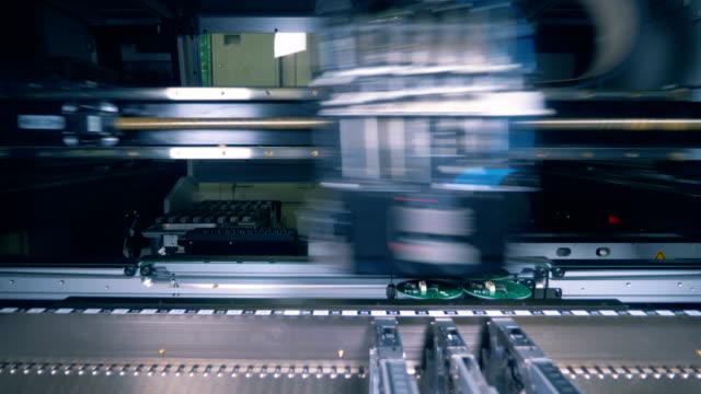 工場設備はんだ付けマイクロチップ、クローズアップ。 - 半導体点の映像素材/bロール