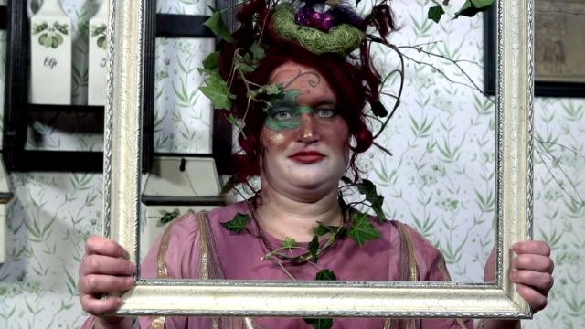 hd lento: plant signora che tiene un frame - barocco video stock e b–roll