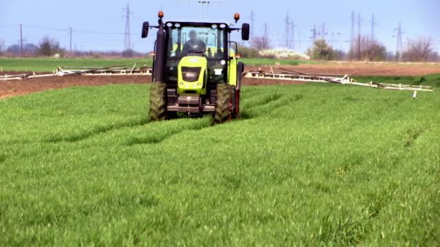 vidéos et rushes de protection pulvérisation d'herbicides usine - herbicide