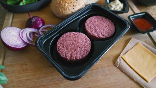 vídeos de stock e filmes b-roll de plant-based, non-meat, vegan burger - meat texture