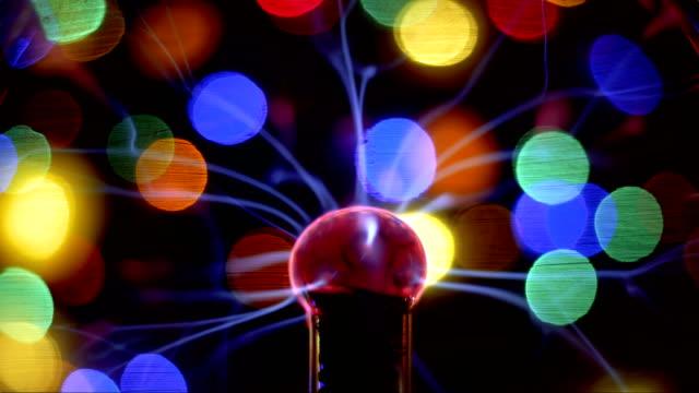 vídeos y material grabado en eventos de stock de lámpara de bola de plasma lámpara estática de globo eléctrico y bokeh - generadores
