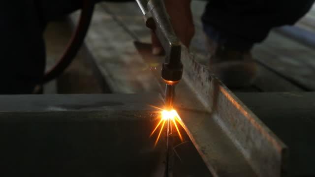 plasma cutter schneiden stahl - fackel stock-videos und b-roll-filmmaterial