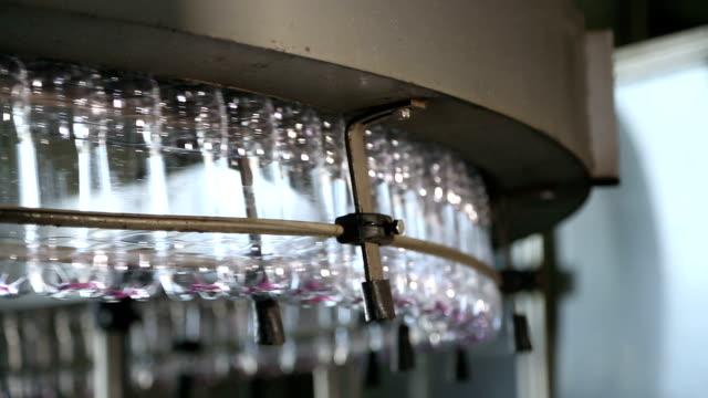 plastflaska produktionslinjen - pet bottles bildbanksvideor och videomaterial från bakom kulisserna
