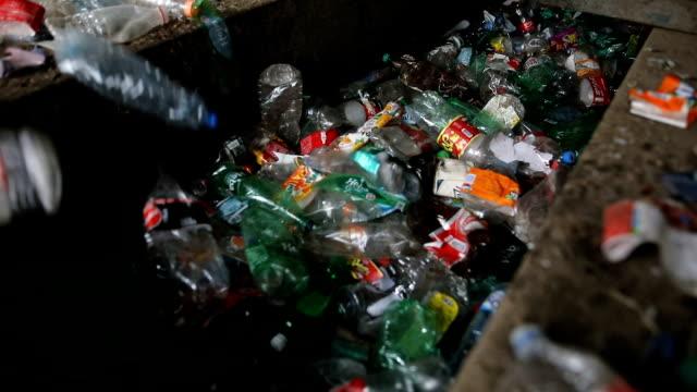 plastikflasche auf förderband für recyclingprozess - plastikmaterial stock-videos und b-roll-filmmaterial