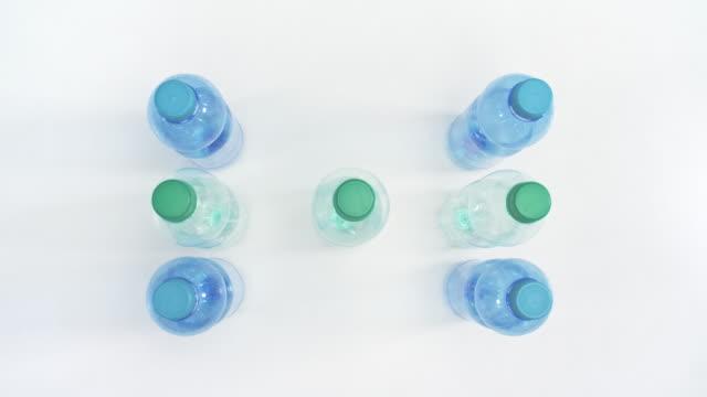kunststoff-flaschen für das recycling isoliert auf weißem hintergrund - altglas stock-videos und b-roll-filmmaterial