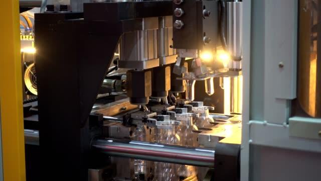 plastic bottles move along the conveyor belt in factory - rivoluzione industriale video stock e b–roll