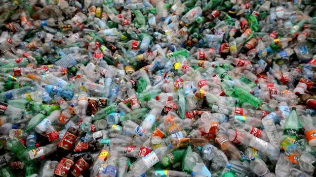 vídeos de stock, filmes e b-roll de garrafas plásticas na multidão. fábrica de reciclagem - garrafa