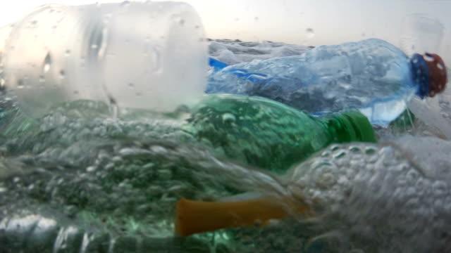 пластиковое загрязнение в море - загрязнение окружающей среды стоковые видео и кадры b-roll