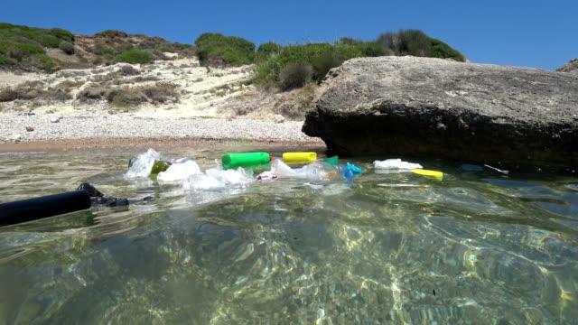 stockvideo's en b-roll-footage met kunststof vuilnis vervuiling op zee - geologie