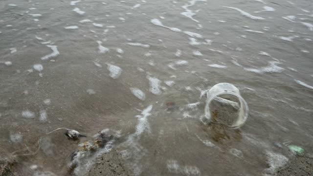 ビーチでのプラスチックごみの汚染。 - 生態系点の映像素材/bロール