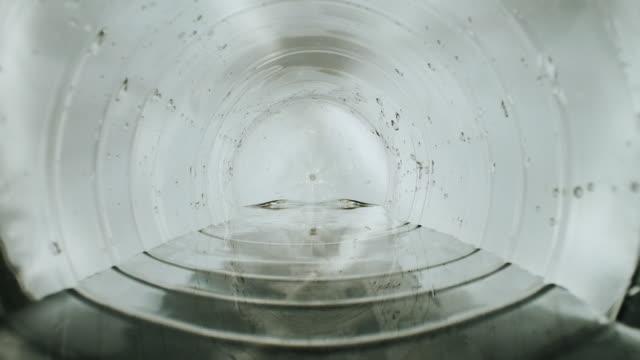 vídeos de stock, filmes e b-roll de tubulação plástica. vista interna. close-up. - tubo objeto manufaturado