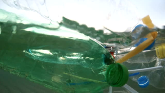 海上のプラスチック汚染 - 水に浮かぶ点の映像素材/bロール