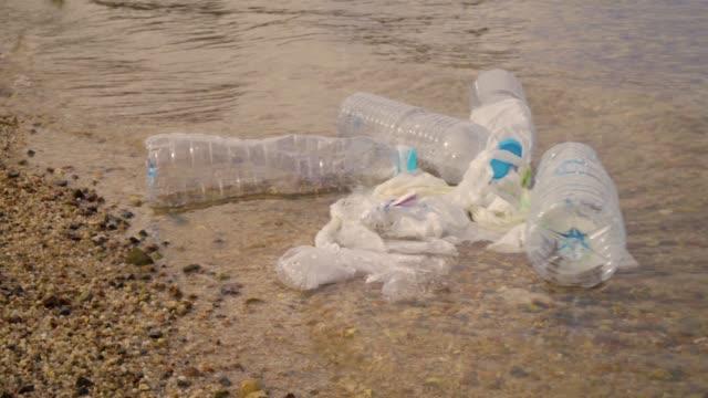 Plastikverschmutzung im Ozean Umweltproblem. Tragetaschen, Flaschen, Plastikbecher und Strohhalme im Meer entsorgt – Video