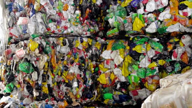 kunststoff recycling container aktenvernichter abfall brecher - altglas stock-videos und b-roll-filmmaterial