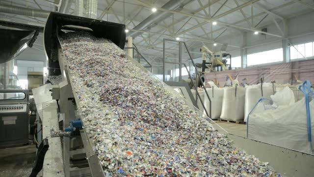 プラスチックリサイクルプラント。細断プラスチック付きコンベヤー - 未加工点の映像素材/bロール