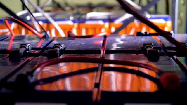 reflektierende kunststoffabdeckungen der anlage akkus daten. - lagerraum stock-videos und b-roll-filmmaterial