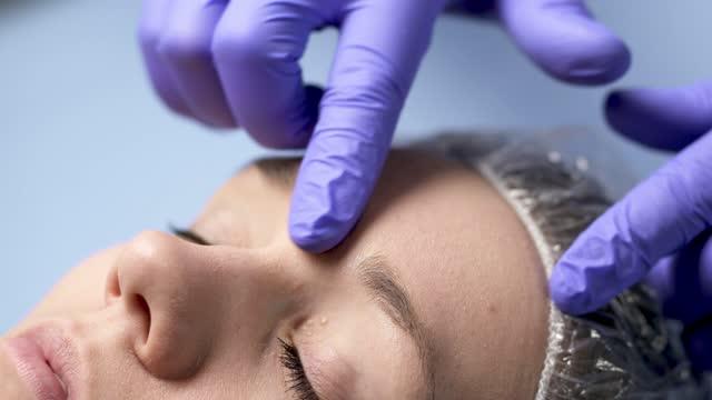 chirurg plastyczny, kosmetolog lub lekarz z pacjentem lub klientem. konsultacja i planowanie przed operacją twarzy w szpitalu, leczenie skóry lub lifting w klinice. - kosmetyczka praca w salonie piękności filmów i materiałów b-roll