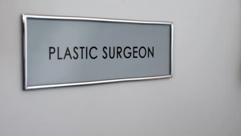 vídeos y material grabado en eventos de stock de cirujano plástico puerta de la habitación, mano golpeando closeup, procedimiento de belleza, rinoplastia - parte del cuerpo humano