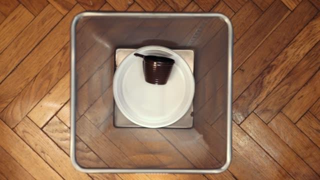 plast porslin engångsartiklar faller i papperskorgen. - coffe with death bildbanksvideor och videomaterial från bakom kulisserna