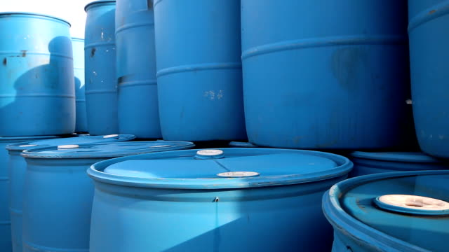 plastica serbatoio in impianto industriale - barile video stock e b–roll