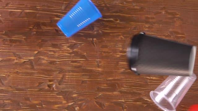 plastbestick engångsrätter faller ovanpå bordet - coffe with death bildbanksvideor och videomaterial från bakom kulisserna