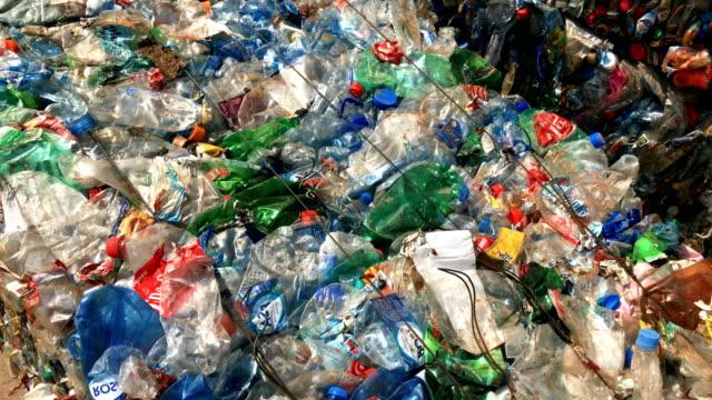 plastikmüll in recyclinganlage - altglas stock-videos und b-roll-filmmaterial