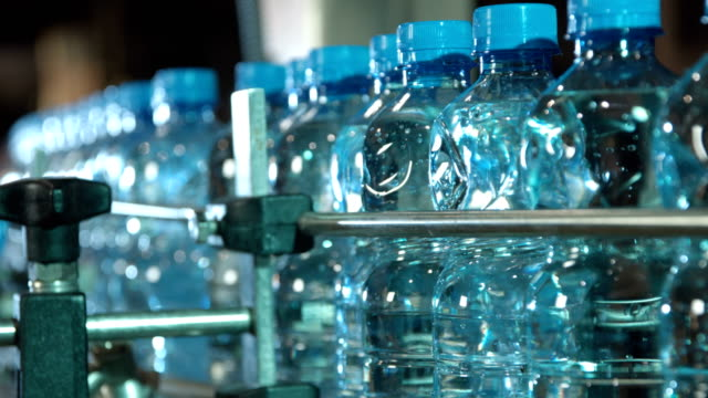 plastik su şişeleri taşıma - sale stok videoları ve detay görüntü çekimi