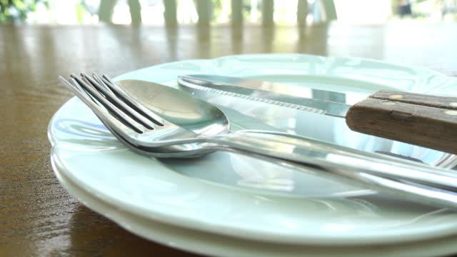 tallrik, gaffel, kniv och sked - gaffel bildbanksvideor och videomaterial från bakom kulisserna