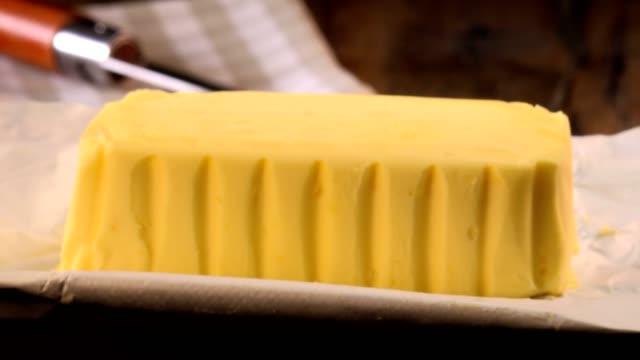 Plaque de beurre d'emballage prêt à manger sur tourner la table - Vidéo