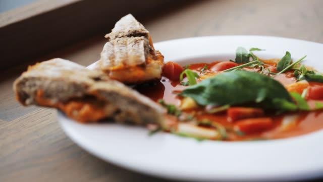 stockvideo's en b-roll-footage met plaat van heerlijke gazpacho soep in restaurant - groentesoep