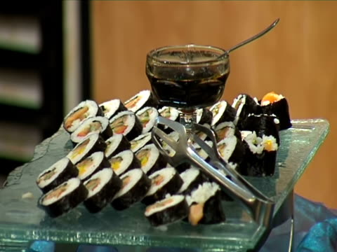 vídeos y material grabado en eventos de stock de placa con sushi - comida salada