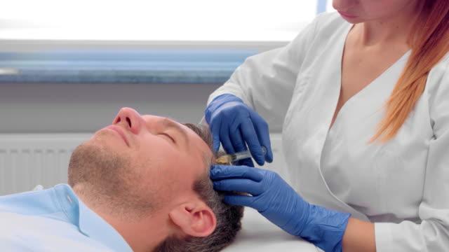 stockvideo's en b-roll-footage met bloedplaatjes rijke plasma injecties voor mannelijke haar verjonging - alternatieve therapie