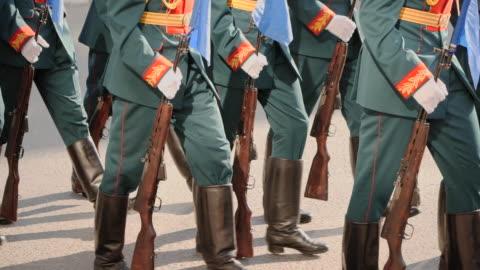 vídeos y material grabado en eventos de stock de pelotón de soldados del ejército militar marcha en armas en la cámara lenta de la calle. - rusia